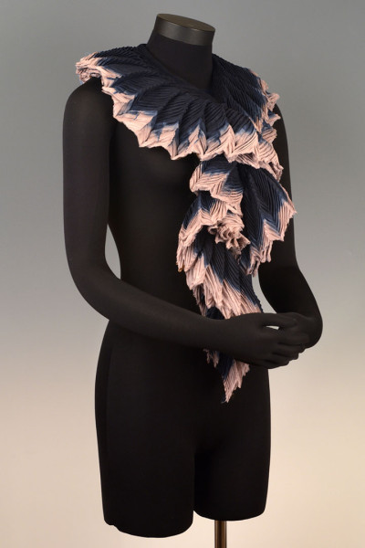 Feather Pleated Collar Medium Black Silver