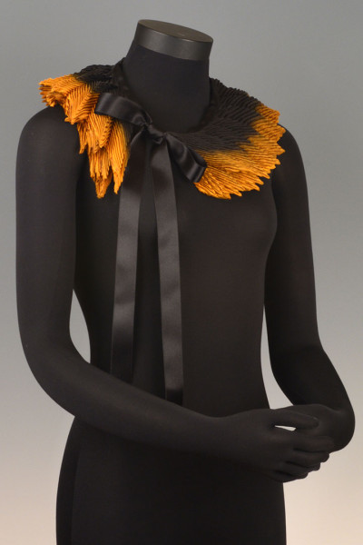 Feather Pleated Collar Small Black Gold
